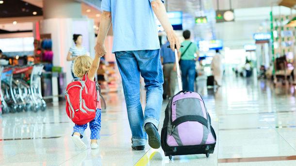 Отец и сын в аэропорту ждут своего рейса