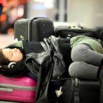 Задержка рейса, девушка спит