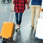 Люди везут багаж