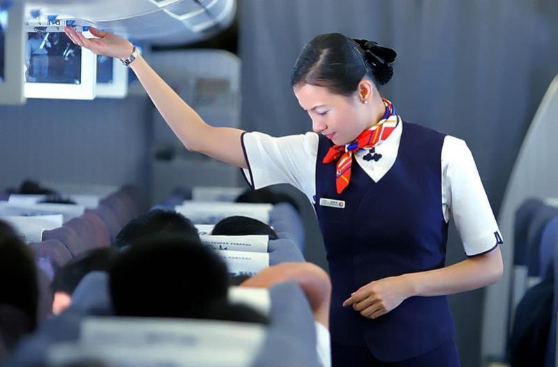 Стюардесса в самолете